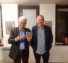 Berislava Jelinić (Nacional) darovao je CD Mozart on two guitars bivšem predsjedniku Ivi Josipoviću 18.12.2020.